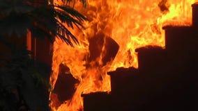 Бедствие огня дома - горя лестницы сток-видео