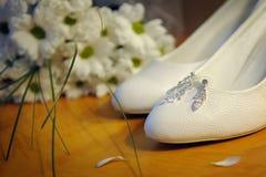 Белые ботинки невесты и bridal букета Стоковое Изображение RF
