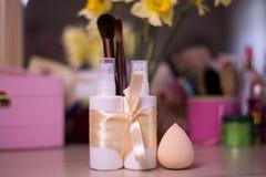 Белые бутылки для косметики брызга с щеткой на backgroun нерезкости стоковые фотографии rf