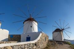Белые ветрянки на острове Mykonos, Греции Стоковые Изображения RF