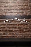 Белые вешалки вися на кирпичной стене стоковое изображение rf