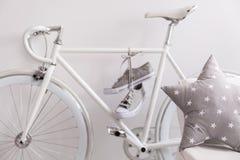 Белые велосипед и тапки Стоковые Изображения
