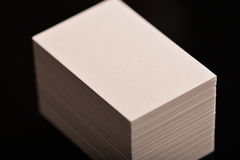 Белые визитные карточки, рогулька или модель-макет знамени Пустой пустой шаблон бумажных карточек на черной предпосылке Стоковые Фото