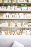 Белые винтажные книжные полки Стоковые Фото