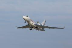 Белые воздушные судн на предпосылке голубого неба Стоковые Изображения RF