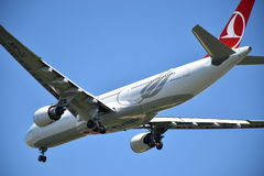 Белые воздушные судн пассажира двигателя Стоковые Фото