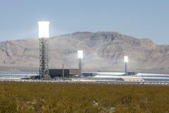 Белые горячие башни солнечной энергии пустыни Мохаве Стоковое Изображение RF