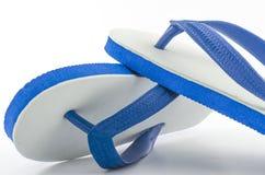 Белые голубые тапочки на белой предпосылке Стоковое фото RF