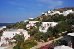 Белые греческие частные дома на холме острова mykonos Стоковые Изображения RF