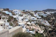 Белые Дома с голубыми крышами в Santorini стоковые изображения rf