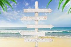 Белые деревянные стрелк-указатели на океане стоковое изображение rf