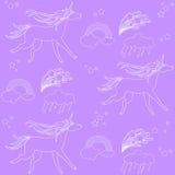 Белые единороги плана с облаками и радугой на фиолетовой предпосылке Иллюстрация штока