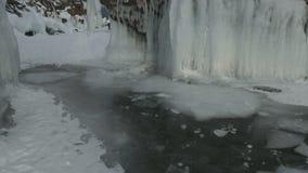 Белые ледяные поля в прозрачном и заморозок на утесах сток-видео