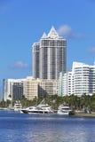 Белые жилые дома в Miami Beach, Флориде Стоковое фото RF