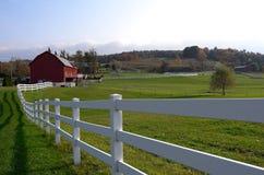 Белые загородка и конюшня страны Стоковые Фотографии RF