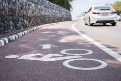 Белые знак или значок велосипеда на дороге Стоковые Изображения