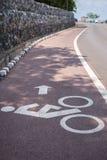Белые знак или значок велосипеда на дороге Стоковые Фото