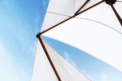 Белые зонтик или ветрило пляжа на яхте с голубым небом стоковое изображение rf