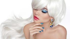 Белые длинные волосы Состав глаза Красивое белокурое с ювелирными изделиями моды стоковое изображение rf