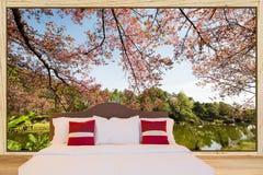 Белые лист и подушки постельных принадлежностей на кровати в комнате с большими wi Стоковое Изображение