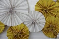 Белые и желтые декоративные колеса вентилятора Стоковое Изображение