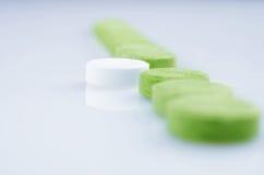 Белые и зеленые пилюльки Стоковые Изображения