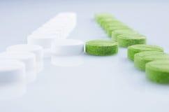 Белые и зеленые пилюльки Стоковое Изображение