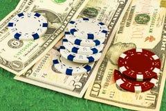 Белые и красные обломоки на одной, 5 и 10 долларовых банкнотах Стоковые Фото