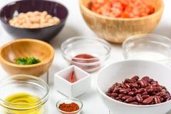 Белые и красные пищевые ингредиенты фасолей почки, перца Chili, петрушки, кетчуп, томатов, оливкового масла, паприки и югурта Стоковое Изображение RF