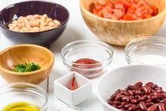 Белые и красные пищевые ингредиенты фасолей почки, перца Chili, петрушки, кетчуп, томатов, оливкового масла, паприки и югурта Стоковое Изображение