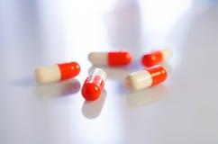 Белые и красные пилюльки антибиотика медицины Стоковое Изображение RF