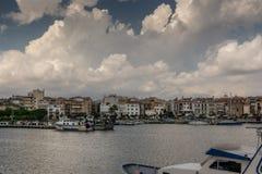 Белые и огромные облака над портом стоковое изображение