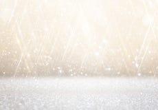 Белые и серебряные абстрактные света bokeh предпосылка defocused Стоковые Изображения