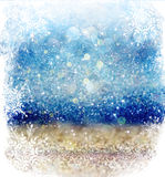 Белые и серебряные абстрактные света bokeh defocused предпосылка с верхним слоем снежинки стоковое фото rf
