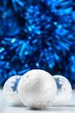 Белые и серебряные шарики рождества на синей предпосылке bokeh с космосом для текста Карточка с Рождеством Христовым Новый Год Стоковые Фотографии RF