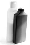 Белые и черные пластичные бутылки с шампунем и маской для волос Стоковые Фото