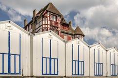 Белые кабины пляжа в ряд на французском побережье Стоковые Фото