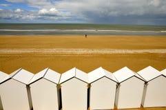 Белые кабины пляжа в ряд Стоковые Изображения