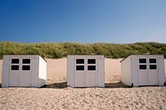 Белые кабины пляжа на каникулы на пляже Стоковая Фотография