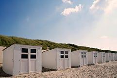 Белые кабины пляжа на каникулы Стоковые Изображения RF