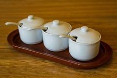 Белые керамические опарникы специи кухни в ряд Стоковое Изображение