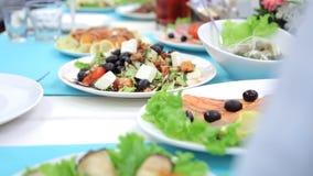 Белые керамические плиты заполнены с очень вкусной едой акции видеоматериалы