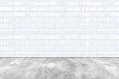Белые керамические стена плитки кирпича и пол цемента Стоковые Фотографии RF