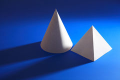 Белые конусность и пирамида на сини Стоковая Фотография RF
