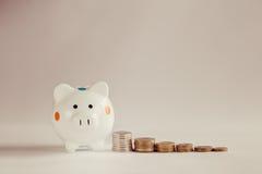 Белые копилка или денежный ящик с монетками денег Стоковые Изображения RF