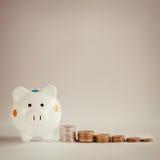 Белые копилка или денежный ящик с монетками денег Стоковое Фото