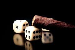 Белые кость и сигара на старой деревянной таблице Стоковое Изображение RF