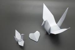 Белые кран и сердце origami, бумага птицы Стоковая Фотография RF