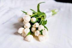Белые красивые тюльпаны на свежих полотенцах в гостинице, конце вверх Стоковое Изображение
