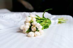 Белые красивые тюльпаны на свежих полотенцах в гостинице, конце вверх Стоковые Фото